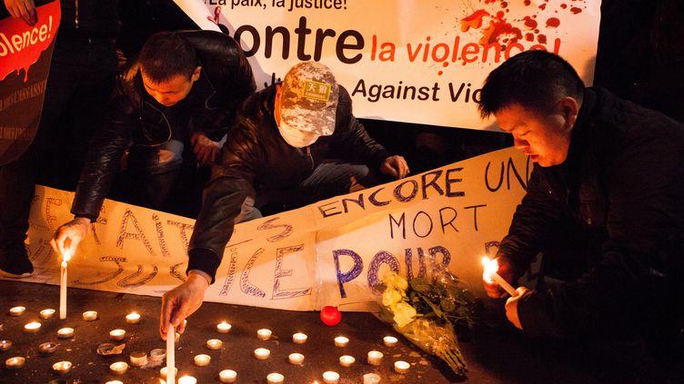 Des manifestants déposent des bougies, le 28 mars 2017, à Paris, en la mémoire de Liu Shaoyo, tué lors d'une intervention policière. (PIERRE GAUTHERON / HANS LUCAS / AFP)