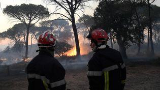 Près de 1 200 pompiers luttent contre les reprises de feu dans le massif des Maures, dans le Var, rapporte le commandant Florent Dossetti, du SDIS 83, mercredi 18 août. (NICOLAS TUCAT / AFP)