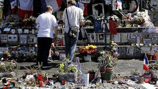 Après l'attentat de Nice, des personnes sont venues observer une minute de silence place de la République à Paris, comme ici le 18 juillet 2016. (MAXPPP)