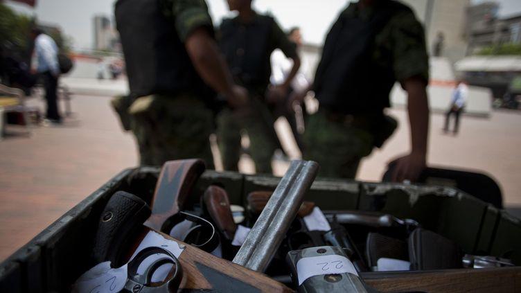 """Des armes récupérées à Mexico (Mexique), lors d'une opération """"armes contre argent"""" le 24 mai 2011 (BERNARDO MONTOYA / MAXPPP)"""
