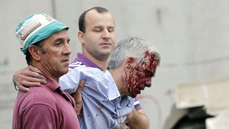 Blessé, Francisco José Garzon Amo, le conducteur du train qui a déraillé le 24 juillet 2013 près de Saint-Jacques-de-Compostelle, dans le nord-ouest de l'Espagne, est emmené à l'hôpital. (MONICA FERREIROS / LA VOZ DE GALICIA / AFP)