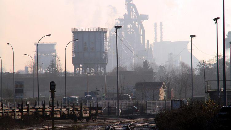 Les hauts-fourneaux du site ArcelorMittal de Florange (Moselle), avec les voies ferrées qui servent à l'approvisionnement du site, le 12 décembre 2012. ( MAXPPP)