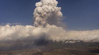 Un panache de cendres s'élève au-dessus du volcan Cumbre Vieja, sur l'île espagnole de La Palma, le 23 septembre 2021. (EMILIO MORENATTI / AFP)
