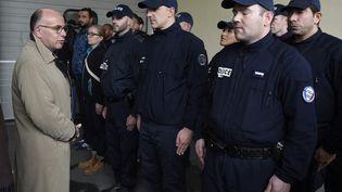 Le ministre de l'Intérieur, Bernard Cazeneuve, rencontre les policiers qui ont pris part à la fusillade en Seine-Saint-Denis, le 5 octobre 2015. (ERIC FEFERBERG / AFP)