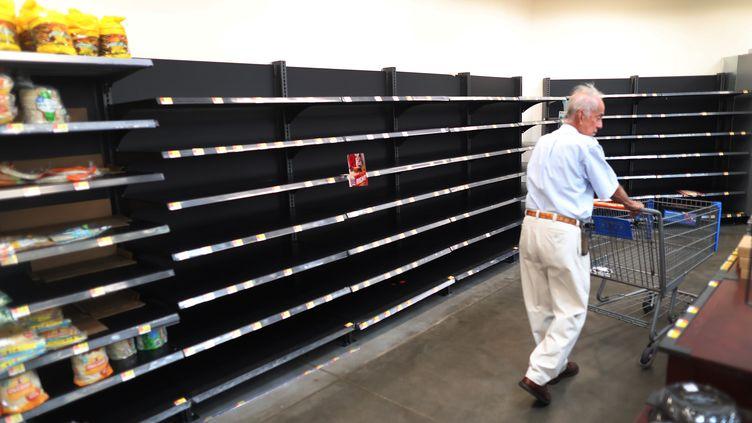 Les rayons des supermarchés se vident à mesure que les habitants de la Floride font leur stock de vivres avant l'arrivée de l'ouragan Dorian, le 30 août 2019. (JOE RAEDLE / GETTY IMAGES NORTH AMERICA / AFP)