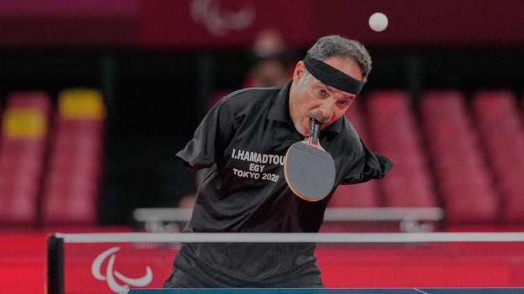 Le pongiste Ibrahim Hamadtou lors de son match de poule des Jeux paralympiques de Tokyo face à Hong Kyu Park, le 25 août 2021. (ULRIK PEDERSEN / AFP)