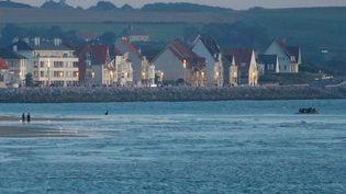 Des migrants tentent de traverser la Manche sur une embarcation, en partant de Wissant (Pas-de-Calais), le 30 juillet 2020. (MAXPPP)