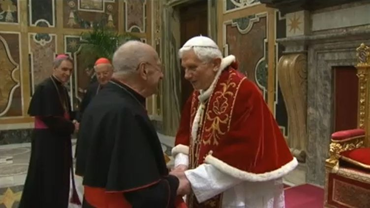 Le pape démissionnaire Benoît XVI a salué une dernière fois les cardinaux de la curie, dans la solennelle salle Clémentine du Vatican, le 28 février 2013. (REUTERS / FRANCETV INFO)