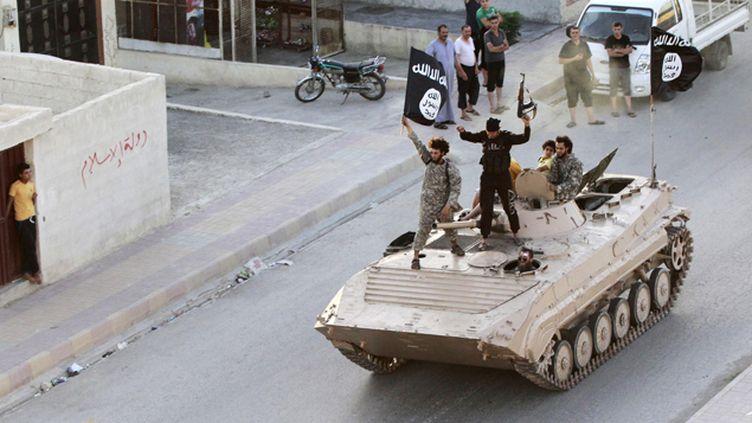 (Des militants islamistes à Raqqa, dans le nord de la Syrie, en juin dernier © REUTERS)