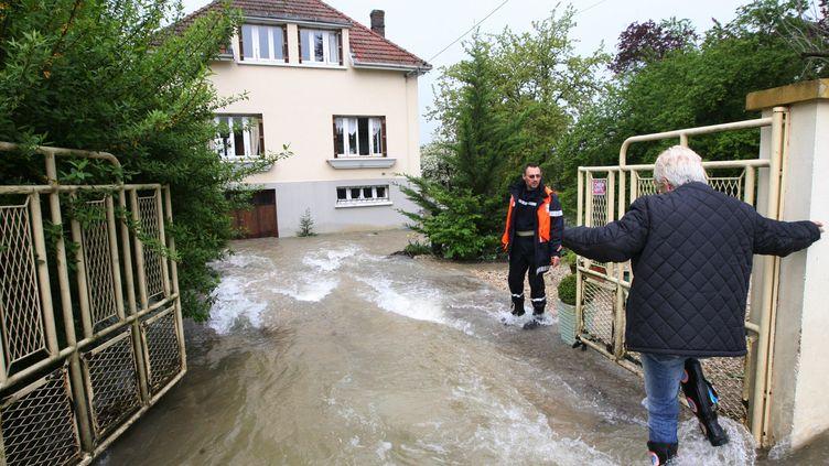 De nombreuses habitations sont progressivement submergées dans la banlieue de Troyes (Aube), comme ici à Buchères, le 7 mai 2013. (MAXPPP)