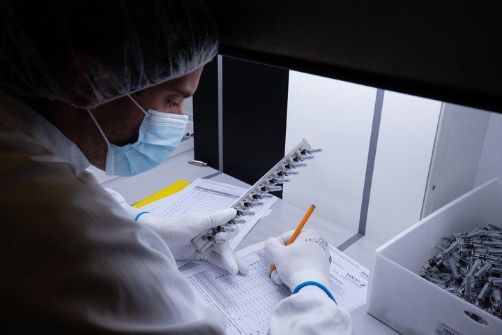 Un technicien du laboratoire Sanofi de Val-de-Reuil (Eure), en juillet 2020. (JOEL SAGET / AFP)