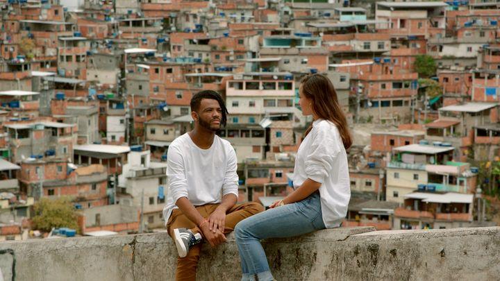 René Silva, brésilien, etMelati Wijsen, indonésienne. (© 2021 - Elzevir Films - Big Mother Productions - All You Need Is Prod - France 2 Cinema)