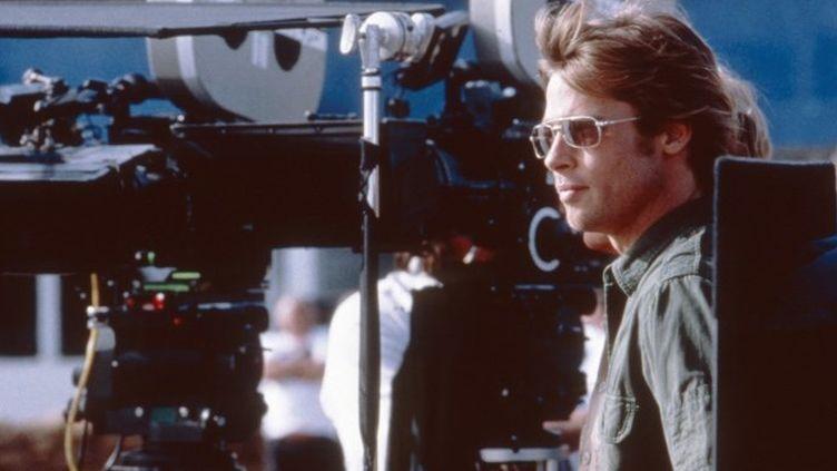 """Brad Pitt en tournage sur """"Spy Game"""" (2001)  (Universal Pictures / Archives du 7eme Art / Photo12)"""