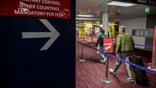 Des passagers arrivent à l'aéroport Charles-de-Gaulle, à Roissy, le 12 novembre 2020. (MARTIN BUREAU / AFP)