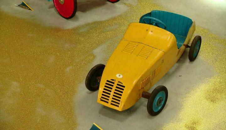 L'exposition présente plusieurs modèles rares de voitures à pédales. (J. Bègue / France 3)