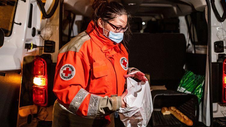 Une femme lors d'une maraude de la Croix Rouge à Perpignan (France) le 19 novemvre 2020. (JEAN-CHRISTOPHE MILHET / HANS LUCAS / AFP)