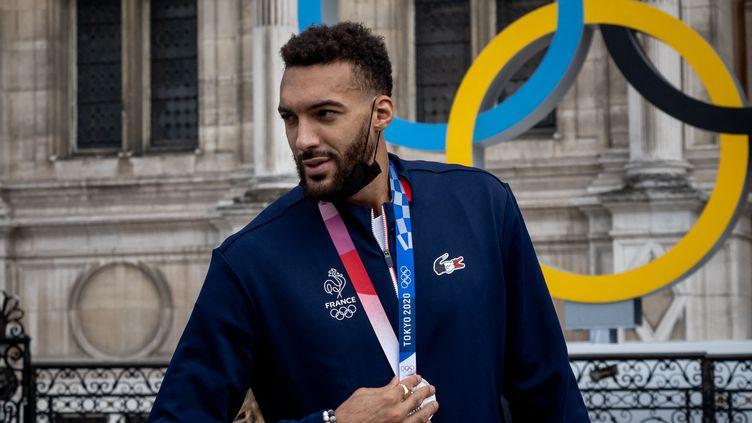 Rudy Gobert, médaille d'argent autour du cou, de retour à Paris le 8 août 2021 après les Jeux olympiques. (CARINE SCHMITT / HANS LUCAS / AFP)
