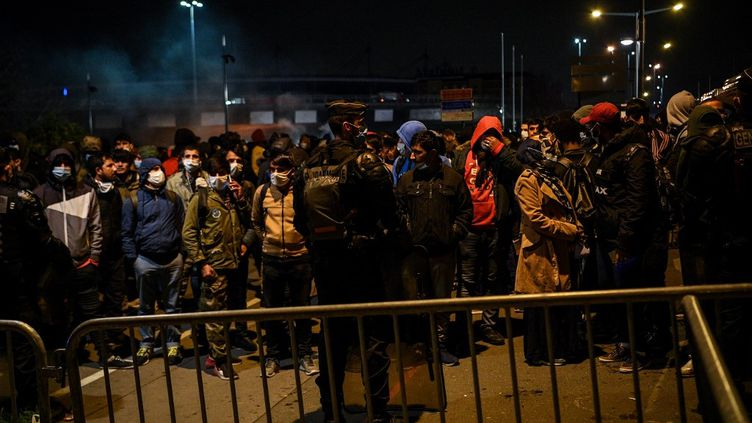 Des habitants d'un camp à Saint-Denis (Seine-Saint-Denis) attendent leur évacuation, le 17 novembre 2020. (CHRISTOPHE ARCHAMBAULT / AFP)