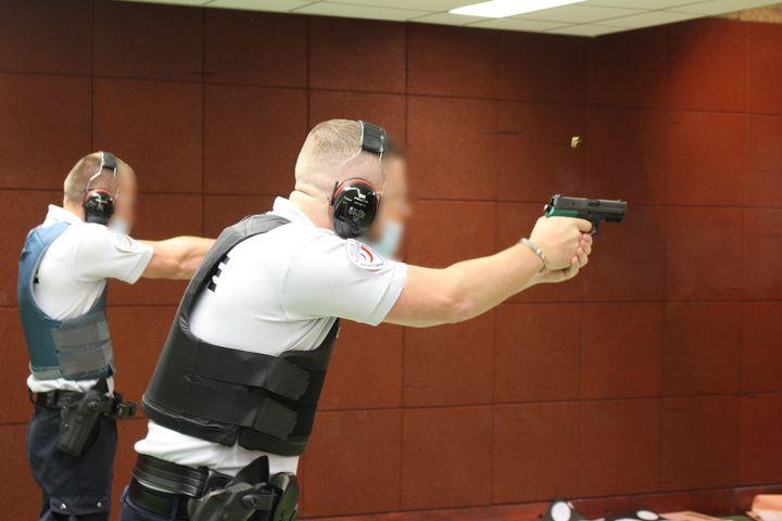 Un entraînement au tir, le 23 juin 2021 à l'école de police de Reims (Marne). (PAOLO PHILIPPE / FRANCEINFO)
