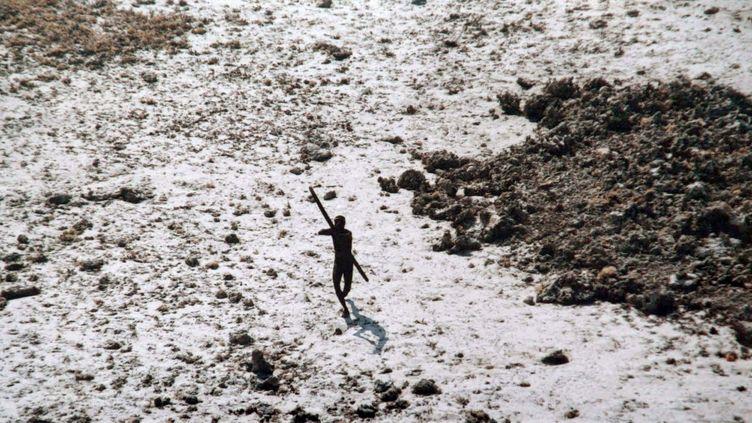 Un membre d'une tribu isolée des îles Andaman tente d'atteindre avec des flèches un garde-côte qui le prend en photo en novembre 2004. (HANDOUT /  AFP)