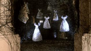 Dans l'écrin de la Chapelle de la Vieille Charité à Marseille, les robes de Chiaru Shiota inondent l'espace  (France 3 / Culturebox)