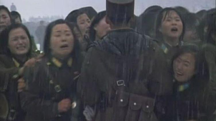Des Nord-Coréens fondent en larmes au passage du convoi mortuaire de Kim Jong-il à Pyongyang (Corée du Nord),le 28 décembre 2011. (FTVi / APTN)
