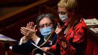 Jean-Luc Mélenchon écouteune intervention de Clémentine Autain lors d'une séance de questions au gouvernement, à l'Assemblée nationale le 15 décembre 2020 (MARTIN BUREAU / AFP)