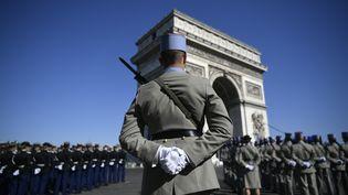 Lors de la cérémonie marquant le 73e anniversaire de lafin de la Seconde Guerre mondiale, devant l'Arc de triomphe, à Paris, le 8 mai 2018. (LIONEL BONAVENTURE/AFP)