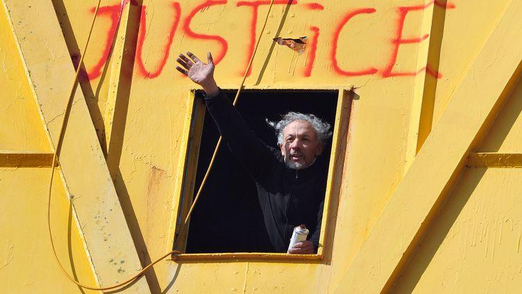 Serge Charnay, le père divorcé retranché dans une grue de Nantes (Loire-Atlantique), le 17 février 2013. (FRANK PERRY / AFP)