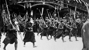 Des zouaves défilant à Paris à l'occasion de la fête nationale, le 14 juillet 1919 à Paris. (HUFFSCHMITT / SIPA)