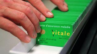 Des dizaines de cartes Vitale où peuvent être des dossiers médicaux de patients. Photo d'illustration. (MAXPPP)