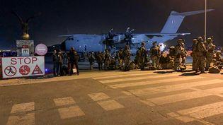 Des soldats français assurent la sécurité d'un avion militaire destiné à évacuer des ressortissants français d'Afghanistan, le 17 août 2021 à l'aéroport de Kaboul. (STR / AFP)