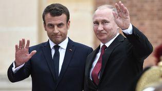 Vladimir Poutine est reçu par Emmanuel Macron, le 29 mai 2017, à Versailles (Yvelines). (STEPHANE DE SAKUTIN / AFP)