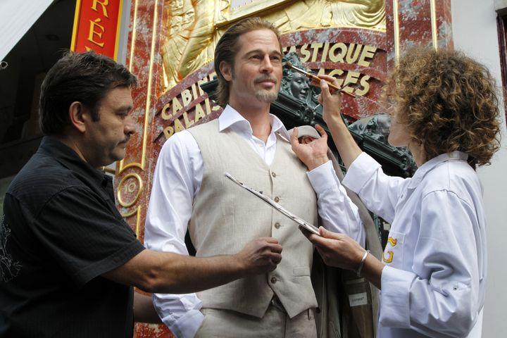 Le sculpteur Stéphane Barret travaille sur la reproduction en cire de l'acteur Brad Pitt pour le musée Grévin de Paris, en juillet 2011. (FRANCOIS GUILLOT / AFP)