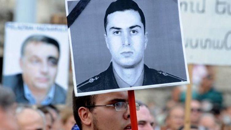 Des manifestants hongrois dénoncent à Budapest, le 4 septembre 2012, l'extradition de l'assassin de Gourgen Margarian (AFP PHOTO / ATTILA KISBENEDEK)