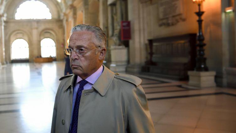 Le marchand d'art Guy Wildenstein arrive au tribunal de Paris pour son procès, le 22 septembre 2016. (ERIC FEFERBERG / AFP)