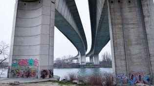 La Seine passe sous un pont près duquel Alisha a été retrouvée morte, le 8 mars 2021, à Argenteuil (Val-d'Oise). (THOMAS SAMSON / AFP)