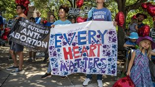 Des militants anti-avortement, rassemblés devant le Parlement du Texas, en mai 2021, à Austin (Etats-Unis). (SERGIO FLORES / GETTY IMAGES NORTH AMERICA / AFP)