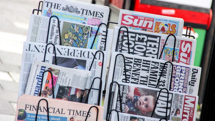 Des journaux britanniques dans un kiosque londonien (DANIEL KALKER / DPA)