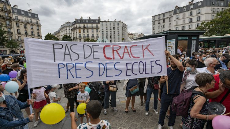 Des Parisiens manifestent contre le projet de salle de consommation de drogues à moindre risquedans le XXe arrondissement de Paris, le 11 septembre 2021. (SERGE TENANI / HANS LUCAS / AFP)