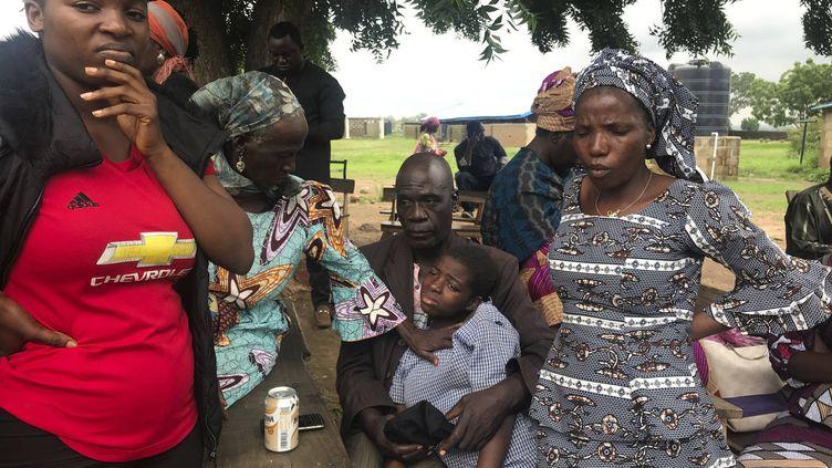 Des parents retrouvent des élèves libérés de l'école secondaire baptiste Bethel à Damishi, au Nigeria, le 25 juillet 2021. (AP / SIPA)