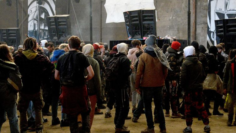 Environ 2 500 personnes se sont réunies pour une rave-party lors du Nouvel An près de Lieuron en Ille-et-Vilaine, le 1er janvier 2021. (MARC OLLIVIER / MAXPPP)