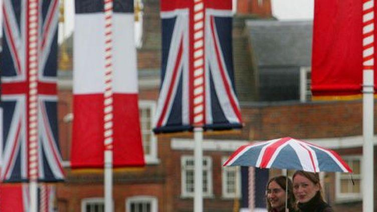 L'Union Jack, drapeau du Royaume-Uni, et le drapeau tricolore cohabitent dans les rues de Londres, à l'occasion d'une visite du président français Jacques Chirac le 18 novembre 2004. (Reuters - Toby Melville TM/ASA)