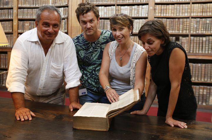 De gauche à droite : l'égyptologue italienFrancesco Tiradritti, le conservateur italien Simone Martini, la responsable restauration et conservation de la bibliothèque municipale d'AjaccioVannina Schirinski-Schikhmatoffet Elizabeth Perie, la directrice de la bibliothèque.  (PASCAL POCHARD-CASABIANCA / AFP)