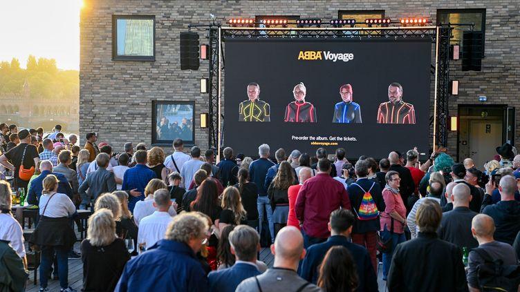 Des fans assistent à Berlin à l'évènement organisé sur internet par ABBA pour son retour. (PICTURE ALLIANCE / GETTY)