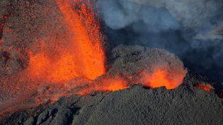 """Une faille éruptive s'est ouverte """"sur le flanc Sud-Sud-Est du cône terminal"""" du volcan duPiton de la Fournaise à la Réunion, le 31 janvier 2017 (RICHARD BOUHET / AFP)"""