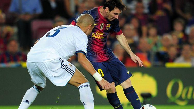 Lionel Messi (FC Barcelone) tente de déborder Pépé (Real Madrid)