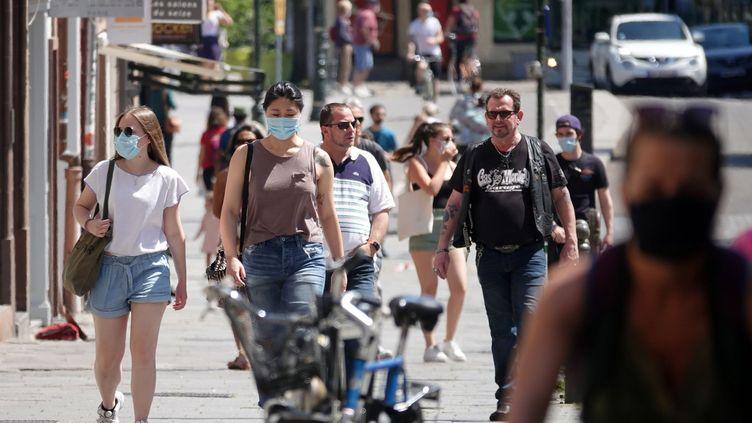 De passants portent le masque dans une rue de Strasbourg, le 21 mai 2020. (MAXPPP)