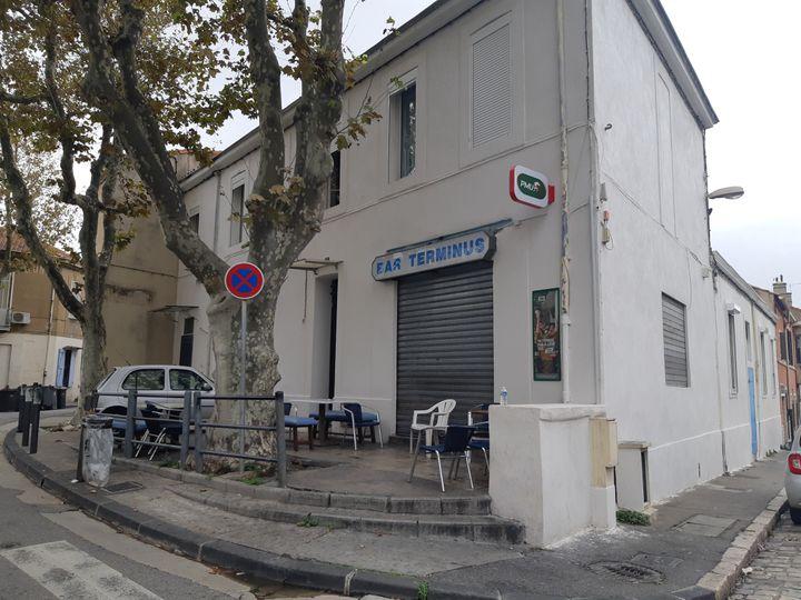 Un fusillade a éclaté jeudi 31 octobre dans le bar le Terminus, dans le 15e arrondissement de Marseille, faisant six blessés. L'établissement est resté fermé vendredi. (OLIVIER MARTOCQ / RADIO FRANCE)