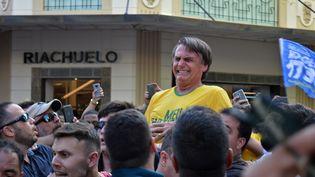 Le candidat d'extrême droite Jair Bolsonaro, quelques secondes après avoir été poignardé, le 6 septembre 2018 à Juiz de Fora (Brésil). (RAYSA LEITE / AFP)